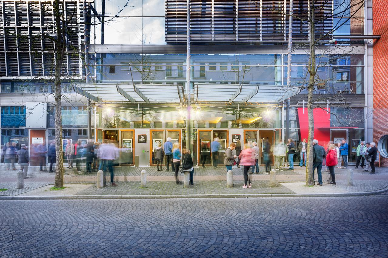 Eingang mit Besuchern des Metropol Theater