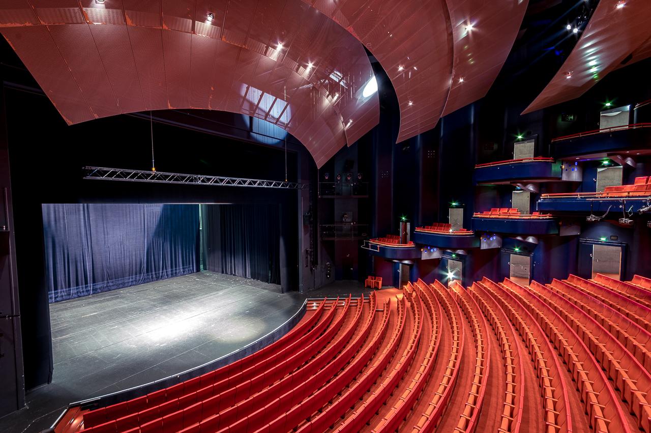 Blick auf Innenraum und Bühne im Metropol Theater Bremen